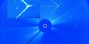 太陽の近くでエネルギー光線を放っている巨大な物体