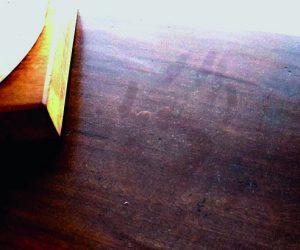 テーブルに現れた手形